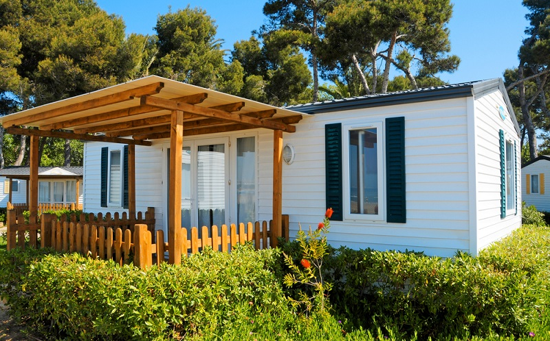 Denn immer mehr Campingplätze bieten neben den gängigen Stellplätzen fürs Zelt, den Wohnwagen oder Campingbus, auch trendige Unterkünfte wie Bungalows oder das Mobilhome, an. Das Mobil Home ist nämlich wie gemacht für den Camping-Trip für die ganze Familie.