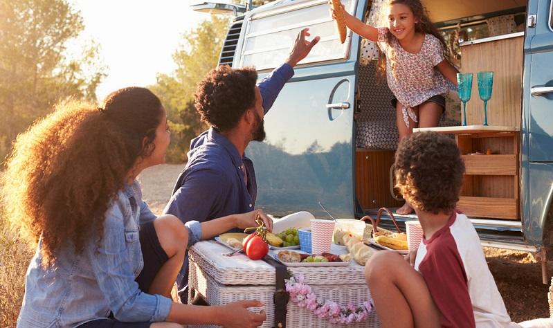 Gerade größere Gruppen von Urlaubern und Familien mit mehr als einem Kind, haben dort ausreichend Platz. Man kann kochen, auf einer weichen Matratze schlafen, hat reichlich Stauraum und ein sicheres Dach über dem Kopf bietet das Mobilhome auch. (#02)