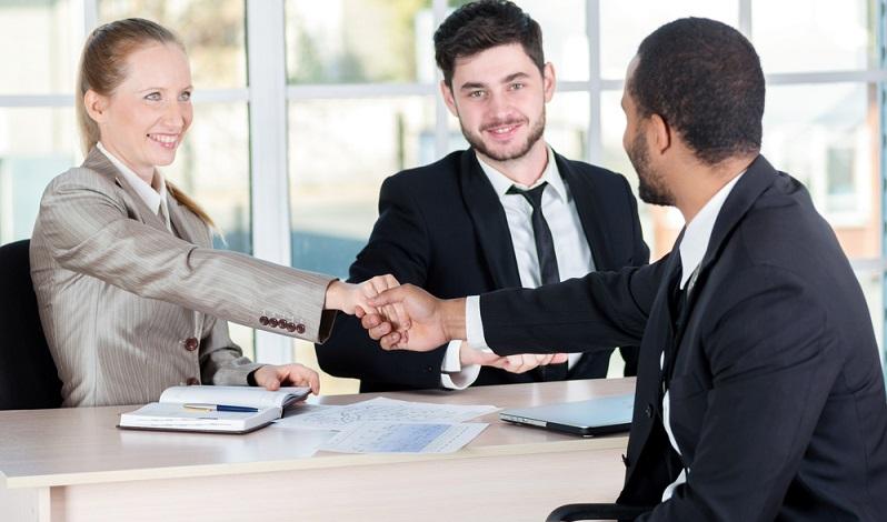 Besitzt der Solo-Selbstständige oder das Unternehmen eine gute Bonität, werden Deals mit Lieferanten leichter möglich und es werden bessere Konditionen geboten.  ( Foto: Shutterstock-Maksym Poriechkin)