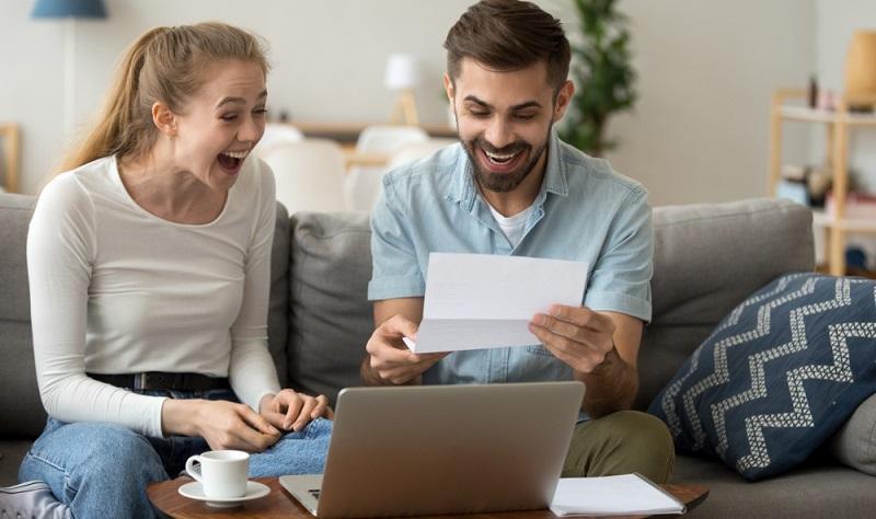 Es muss übrigens niemand gänzlich kreditfrei sein, wenn es um die Bonität geht. Ein Kredit, der regelmäßig bedient wird und bei dem es noch nie Zahlungsrückstände gab, wird immer positiv bewertet.  ( Foto: Shutterstock-fizkes)