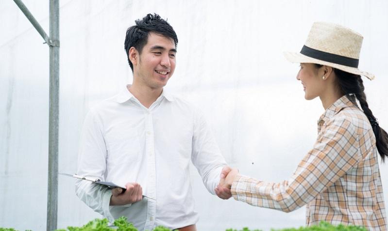 Auch Unternehmen benötigen eine gute Bonität, die sich zum Beispiel in Verträgen mit Lieferanten bemerkbar macht.  ( Foto: Shutterstock-Basicdog)