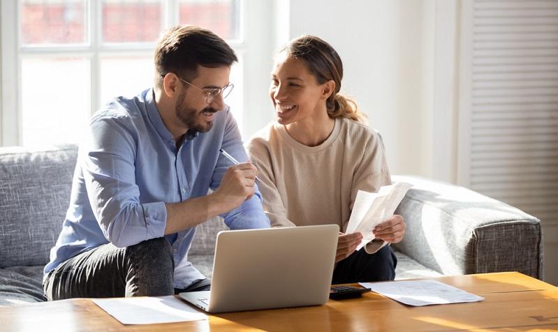 Wer eine Rechnung erhält, sollte diese unbedingt pünktlich bezahlen Am besten, die Rechnung erhalten, auf Richtigkeit prüfen und begleichen.  ( Foto: Shutterstock-fizkes)