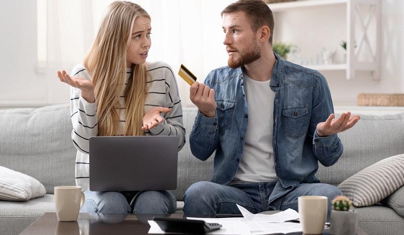 Wer viele Konten oder Kreditkarten besitzt, verliert schnell den Überblick. ( Foto: Shutterstock- Prostock-studio )
