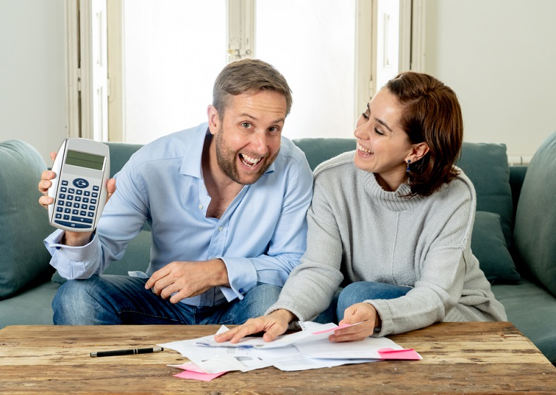 Wer keine Schulden hat, bekommt leichter einen Kredit genehmigt. Die Bank wird prüfen, wie viele Darlehen offen sind und ob diese regelmäßig bedient werden.  ( Foto: Shutterstock-_Sam Wordley)